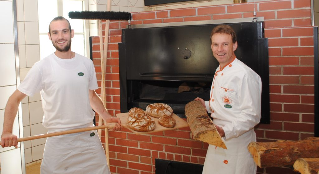 Max und Karl Stöcher bei ihrem Holzbackofen in der Biobäckerei in Bad Zell.