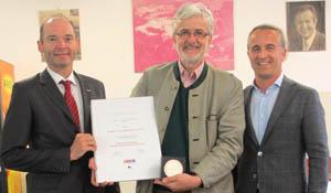 Anton Helbich Poschacher nimmt die Auszeichnung der Steinmetze entgegen.