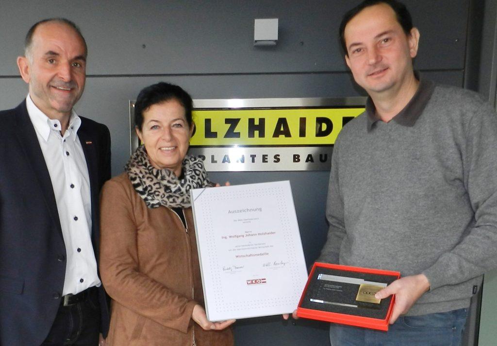 Wirtschaftsmedaille für Holzhaider GmbH: Dietmar Wolfsegger, Gabriele Lackner-Strauss, Wolfgang Holzhaider. Foto: WKOE