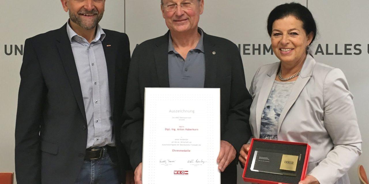 Ehrenmedaille an Anton Haberkorn überreicht